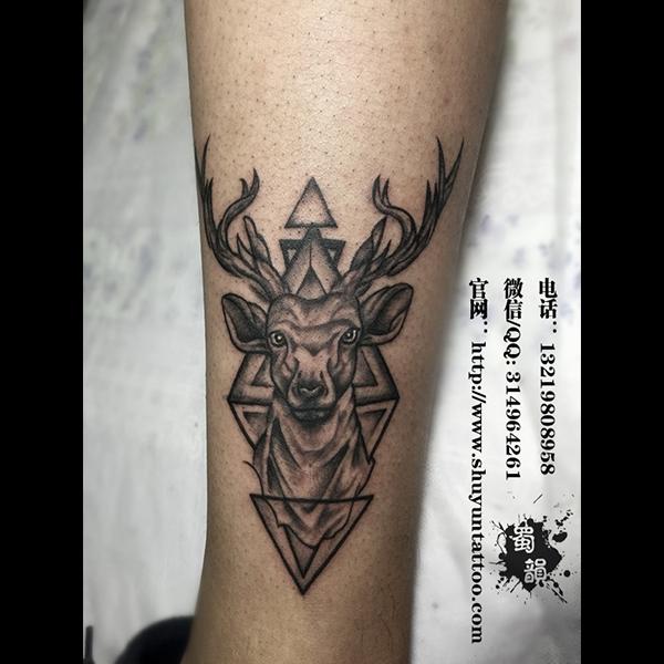 攀枝花男生小腿好看的鹿头纹身蜀韵刺青作品